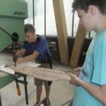 Longboard wird zugeschnitten